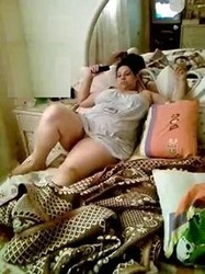 حصرى بيصور امه وهى بتتفرج على التليفزيون من غير كلت على لاسرير ويشدها ويفحت كسها نياكة ودعك